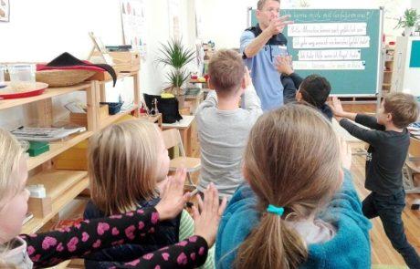 Polizist vor Kindern der Montessori Schule Berlin