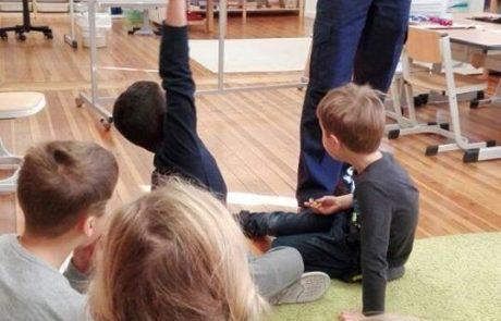 Polizei vor Kindern der Montessori Schule Berlin