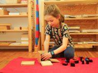 Kind der Montessori Schule Berlin spielt und lernt