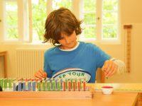 Ein schüler der Montessori-Schule spielt