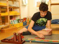 Schüler der Montessori Schule spielt